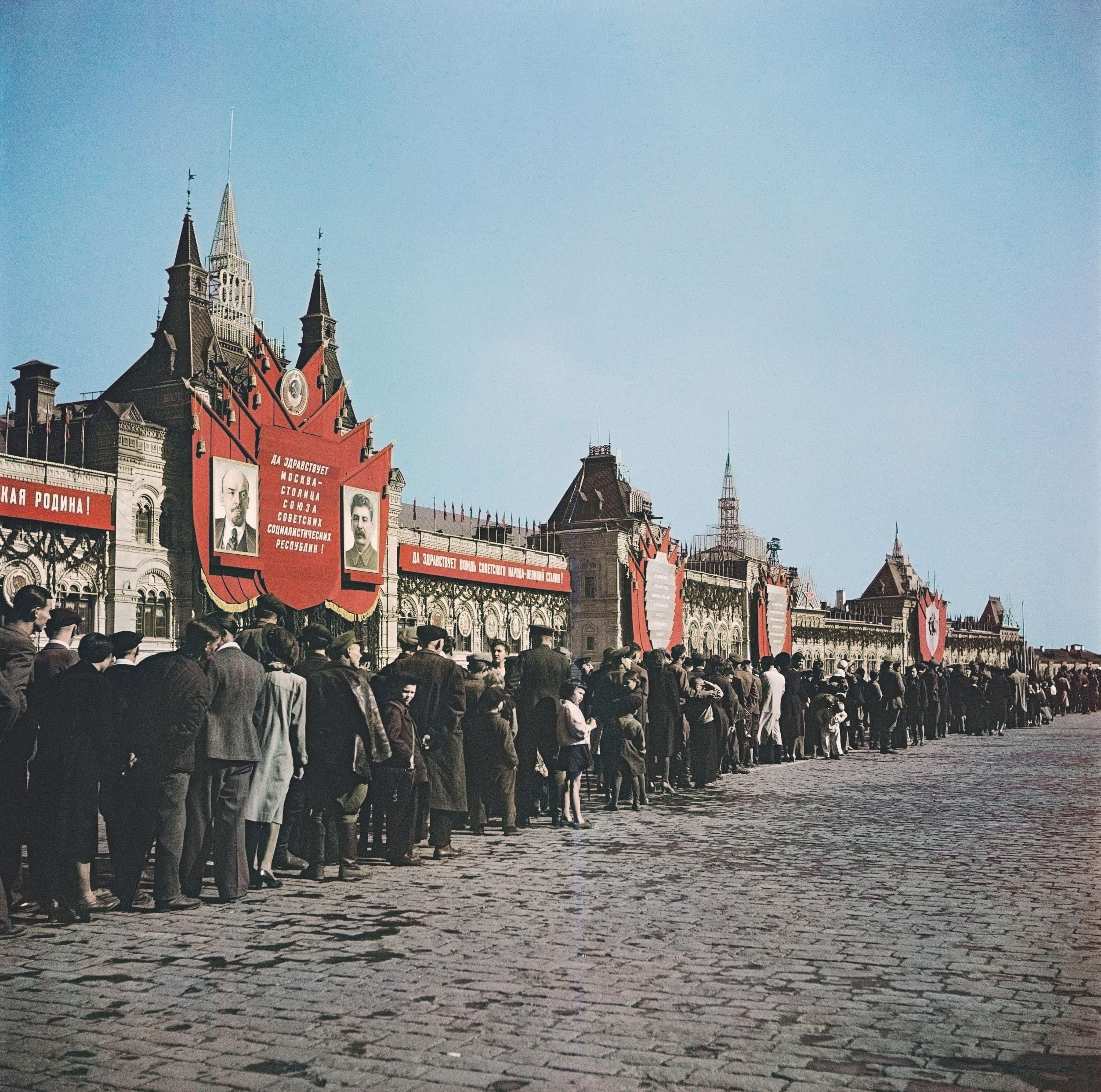 Туристы наКрасной площади. Москва, СССР, 1947