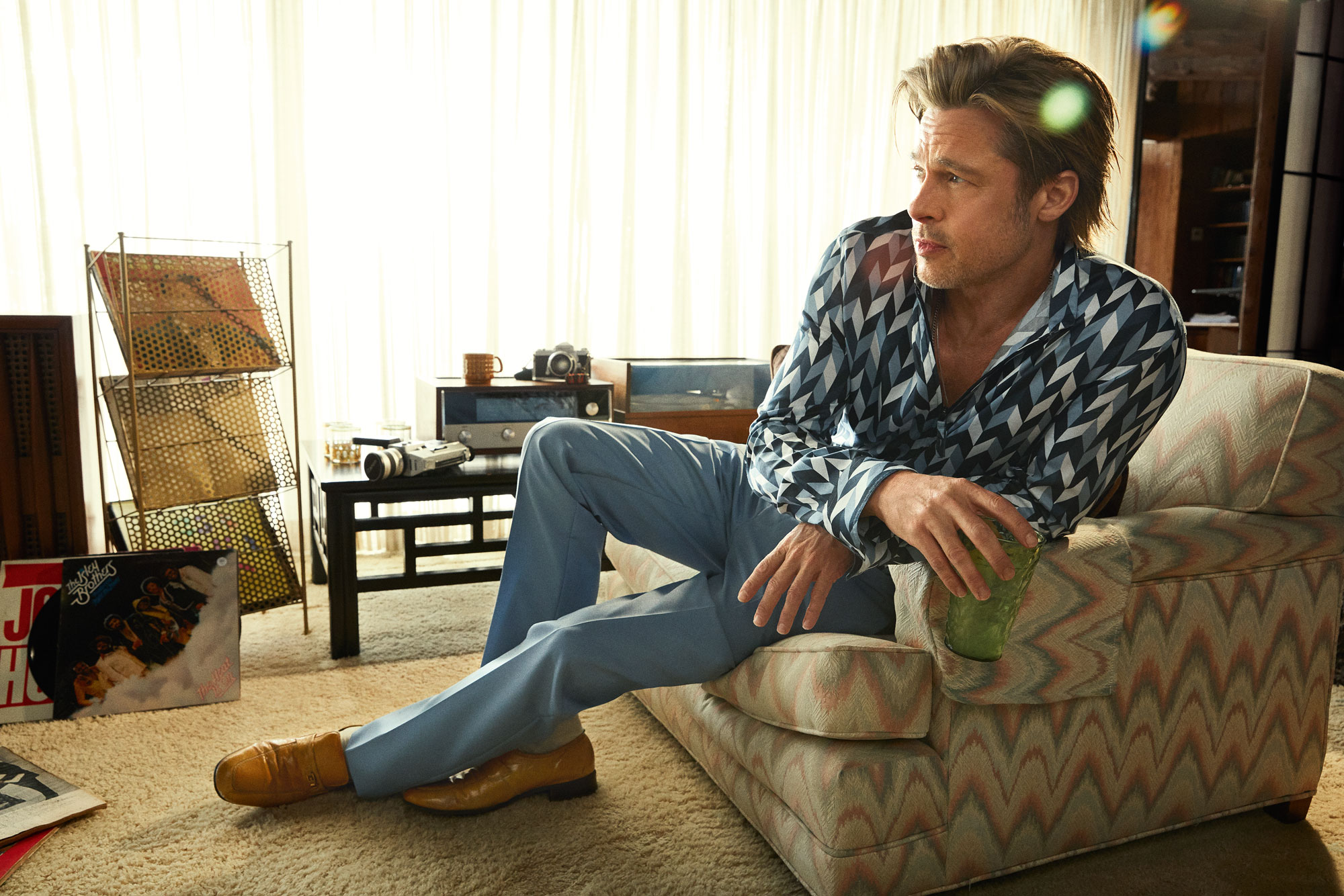 Рубашка Emporio Armani, брюки Prada, носки Gold Toe, винтажные лоферы Palace Costume & Prop Co.