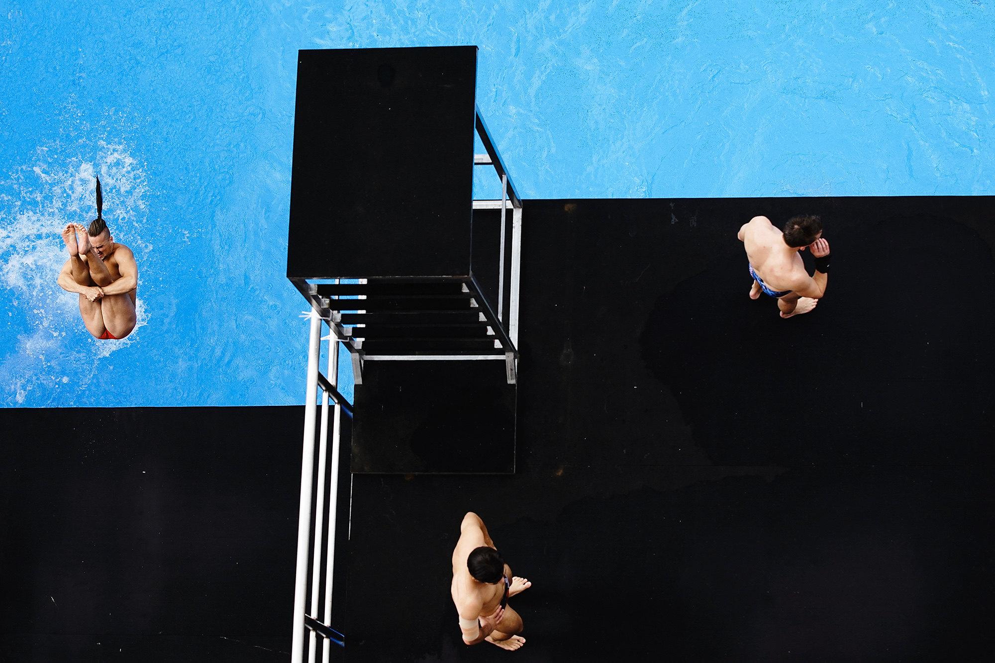 Спортсмены разминаются передфиналом соревнований попрыжкам вводу свышки 27 м среди мужчин навторой день чемпионата мира поводолазному спорту FINA вZhaoqing High Diving Training Centre. 26 мая 2019 года, Чжаоцин, Китай.