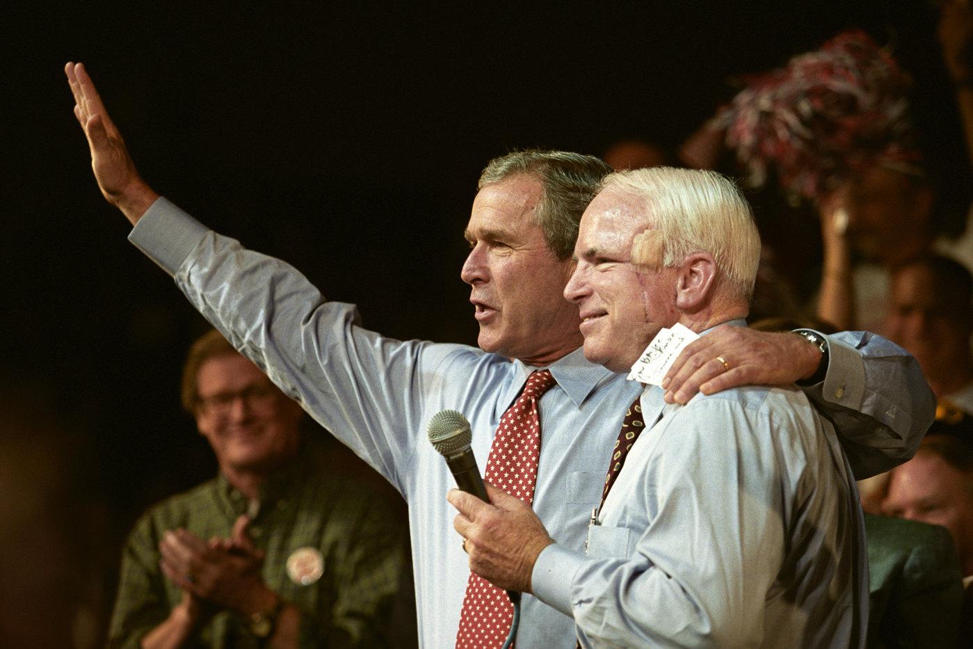 Маккейн ведет встречу Джорджа Буша сизбирателями во время его второй предвыборной кампании. Флорида, 2004 г.