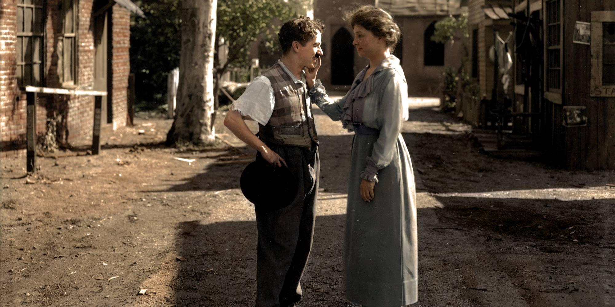 Слепая писательница Хелен Келлер приветствует Чарли Чаплина.