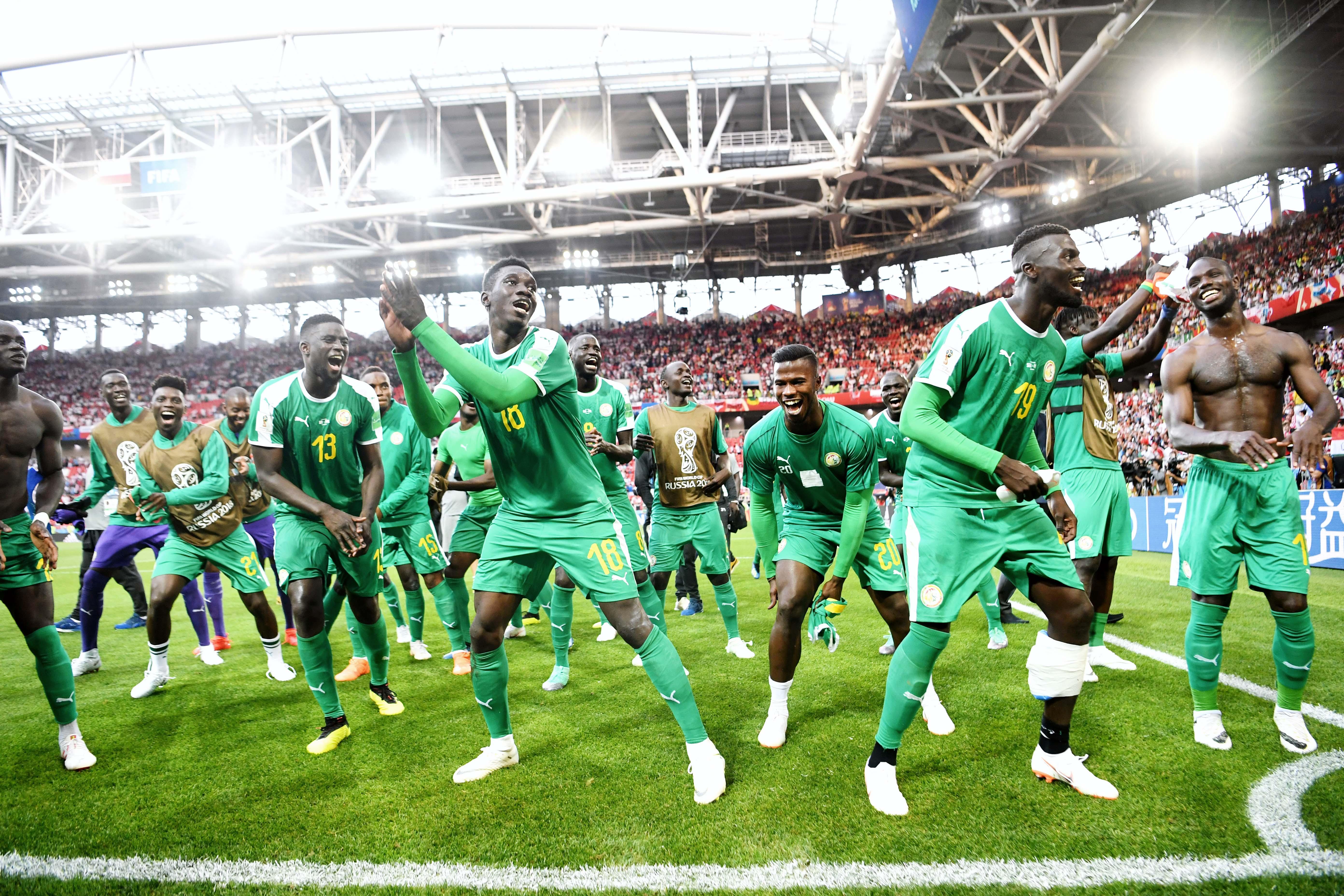 Сборная Сенегала отметила победу надПольшей танцами нафутбольном поле.