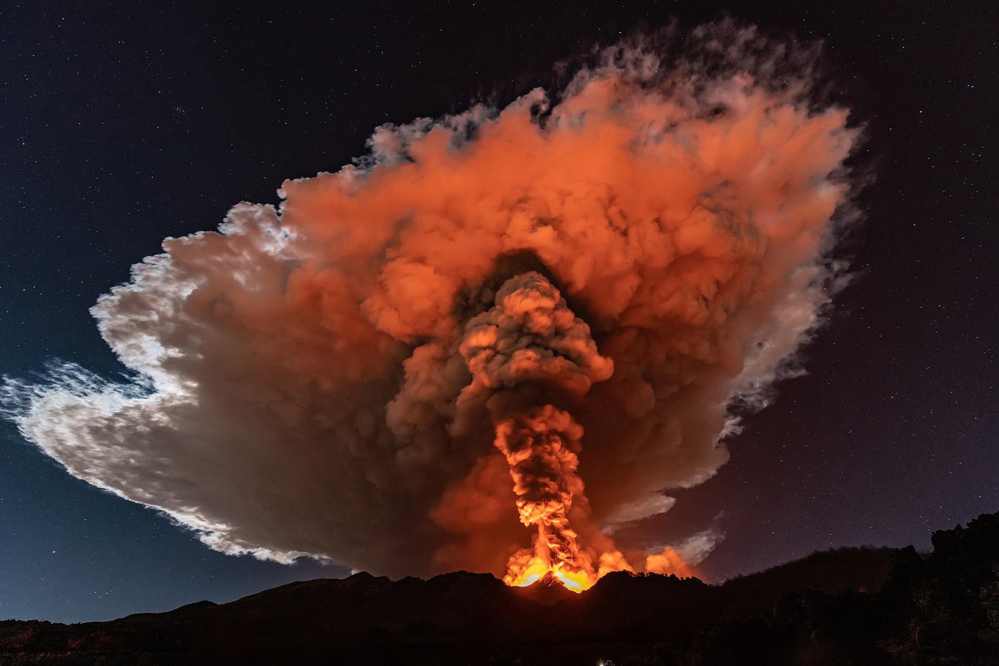 Извержение вулкана Этна всицилийском городе Катания.