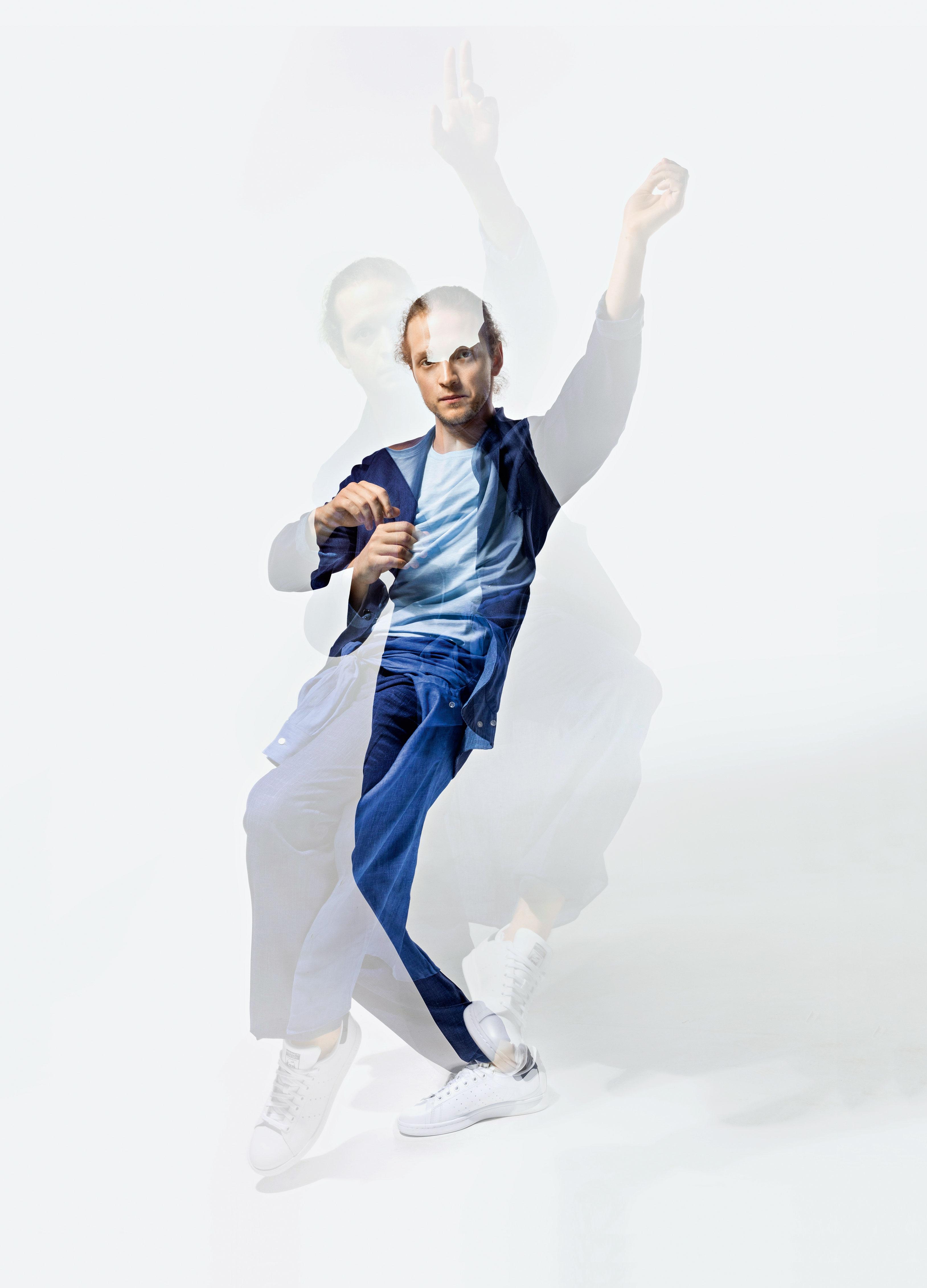 Костюм Atelier Portofino; футболка Henderson; рубашка Boss; кеды adidas Originals