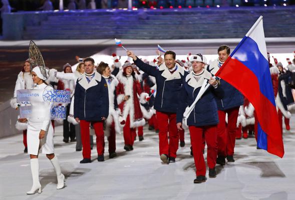 Знаменосец сборной России Александр Зубков нацеремонии открытия Олимпиады вСочи.