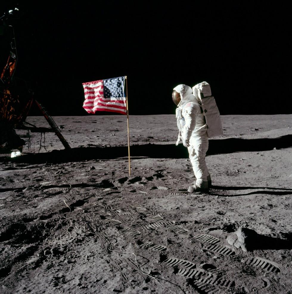 Олдрин нафоне мятого флага США. Флаг был нейлоновым напроволочным каркасе, ихранился свернутым, а после развертывания проволока выпрямилась неполностью, что ипородило мифы о«развевающемся наветру» флаге и«съемках впавильонах Голливуда»