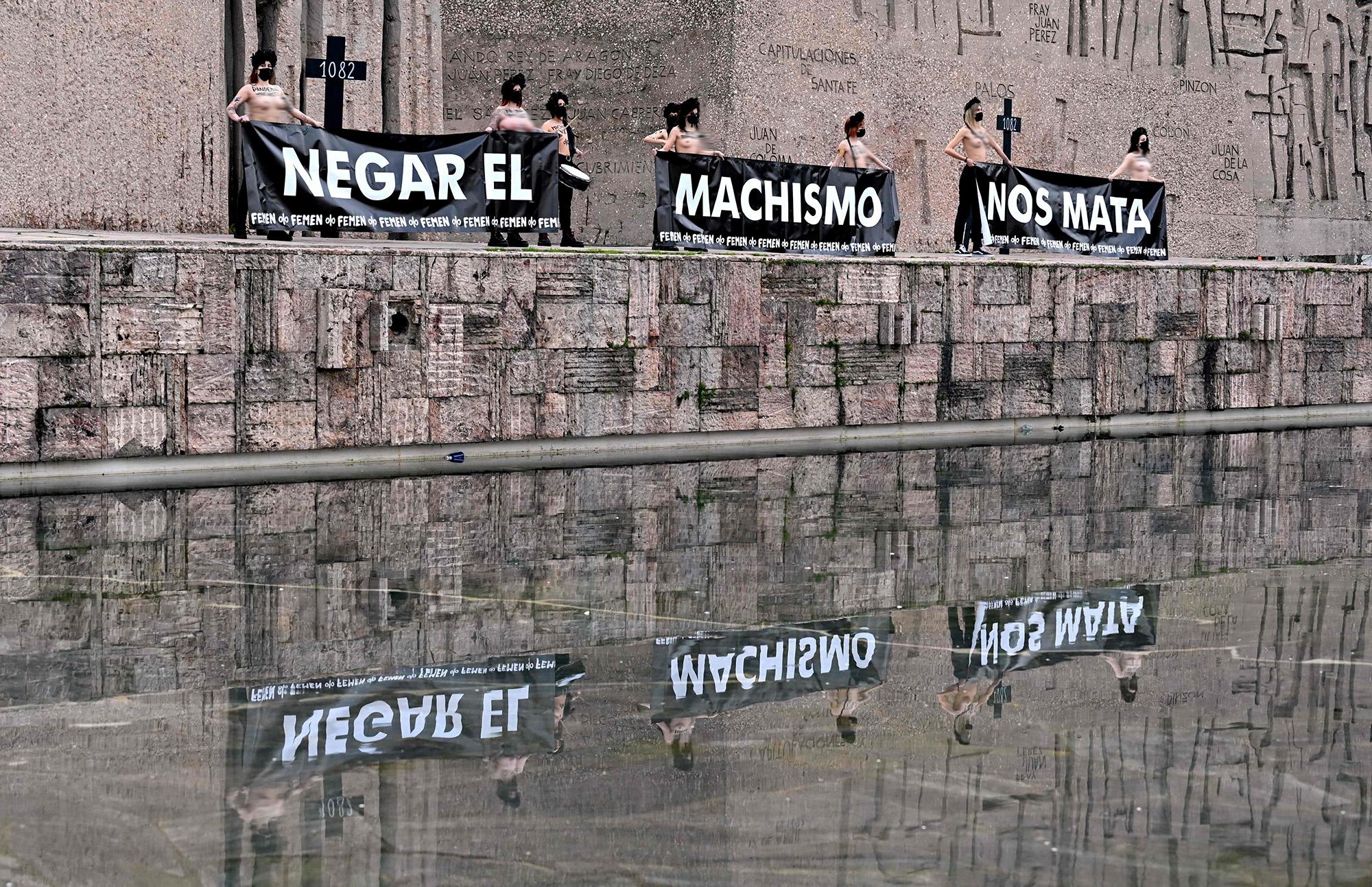 Фем-активистки держат баннеры снадписью