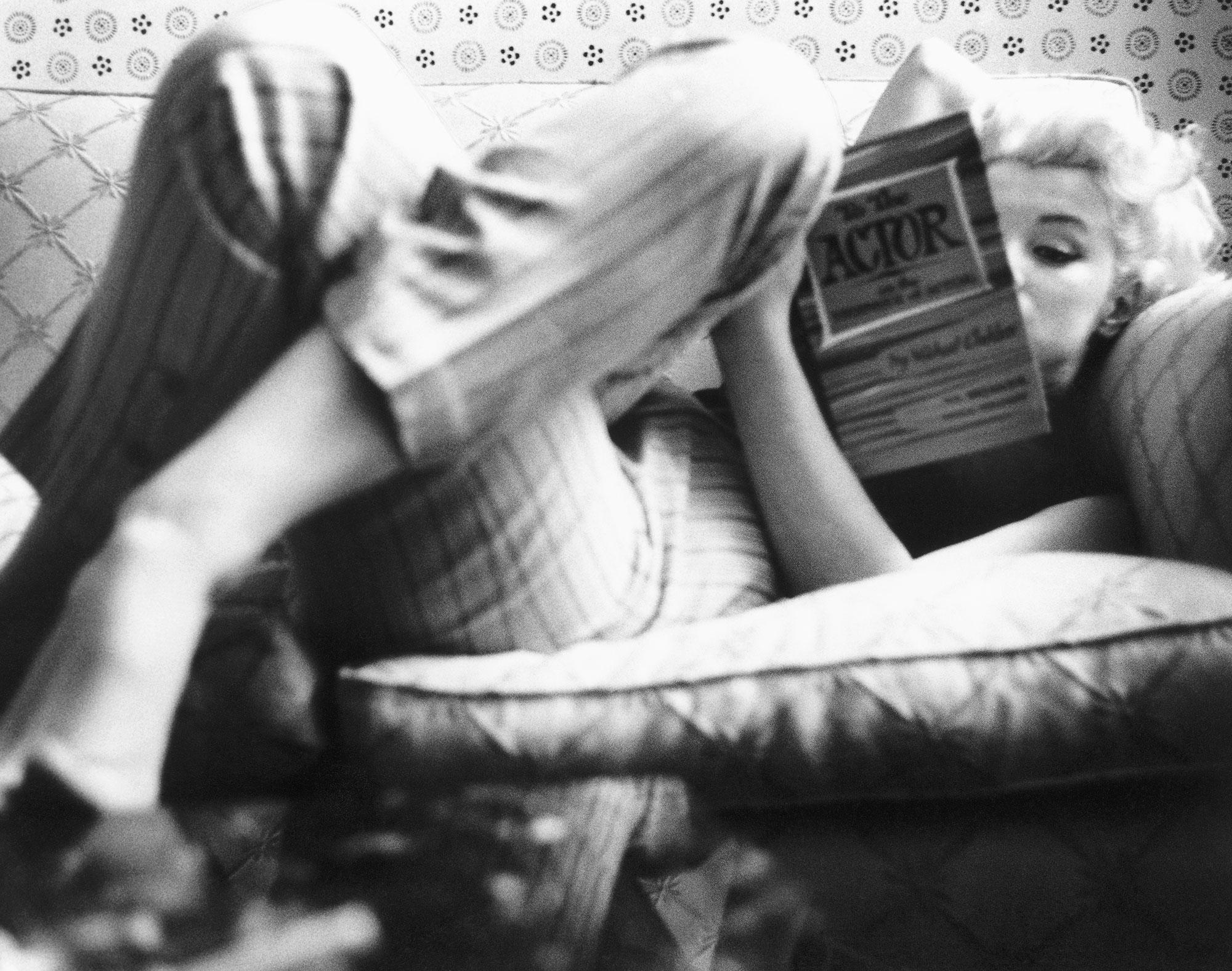 Мэрилин Монро читает книгу «Тайны актерского мастерства. Путь актера» Михаила Чехова, май 1955
