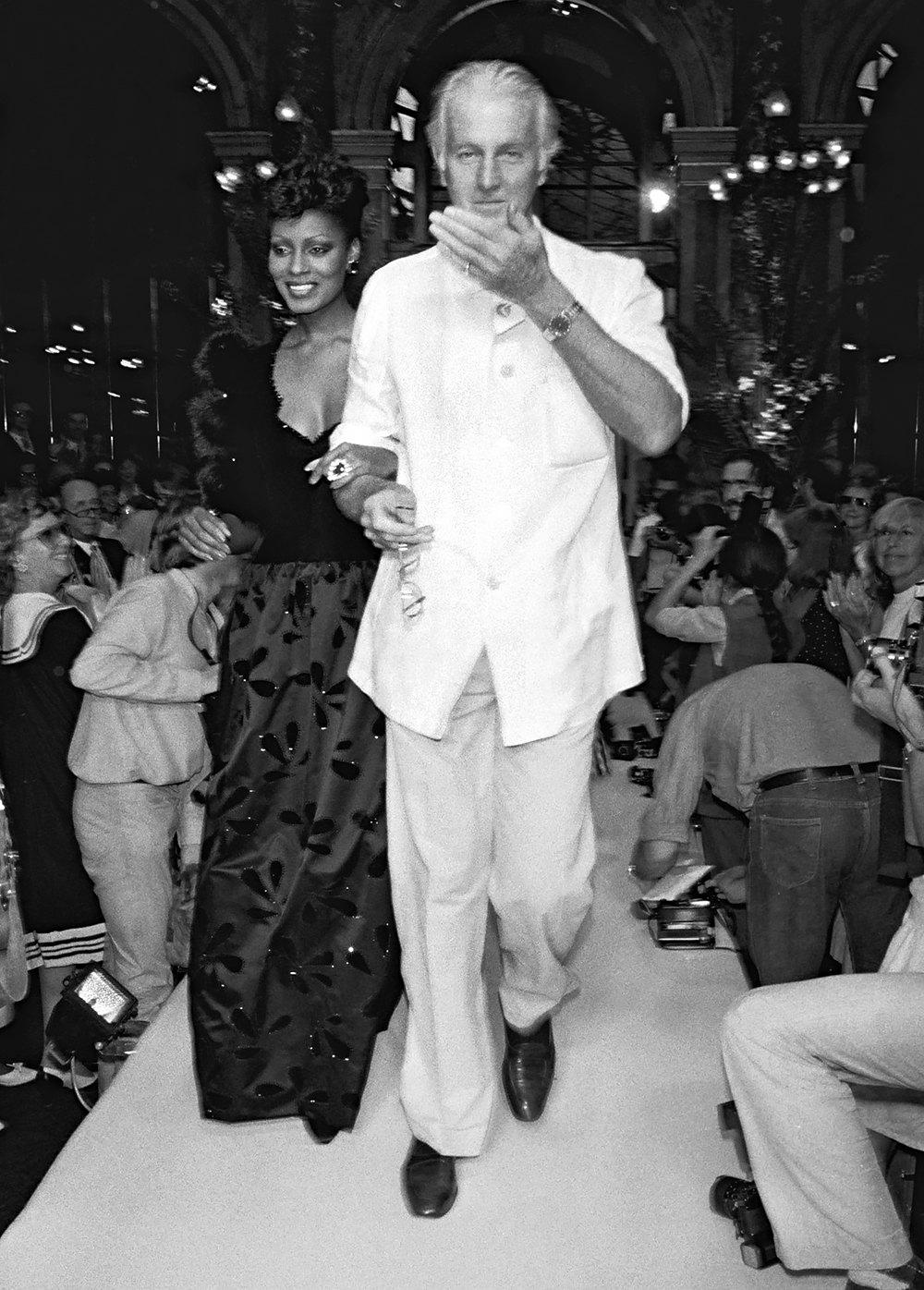 Юбер де Живанши смоделью напоказе Givenchy осень-зима 1982