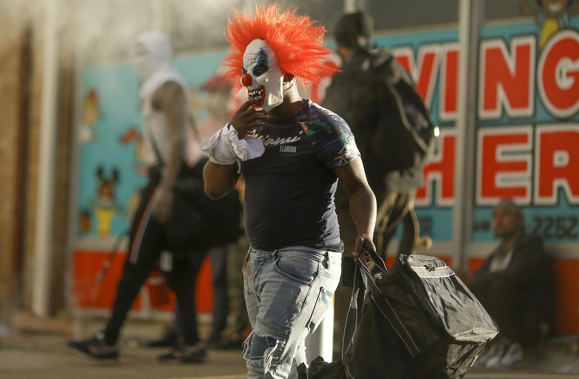 Мужчина вкостюме клоуна
