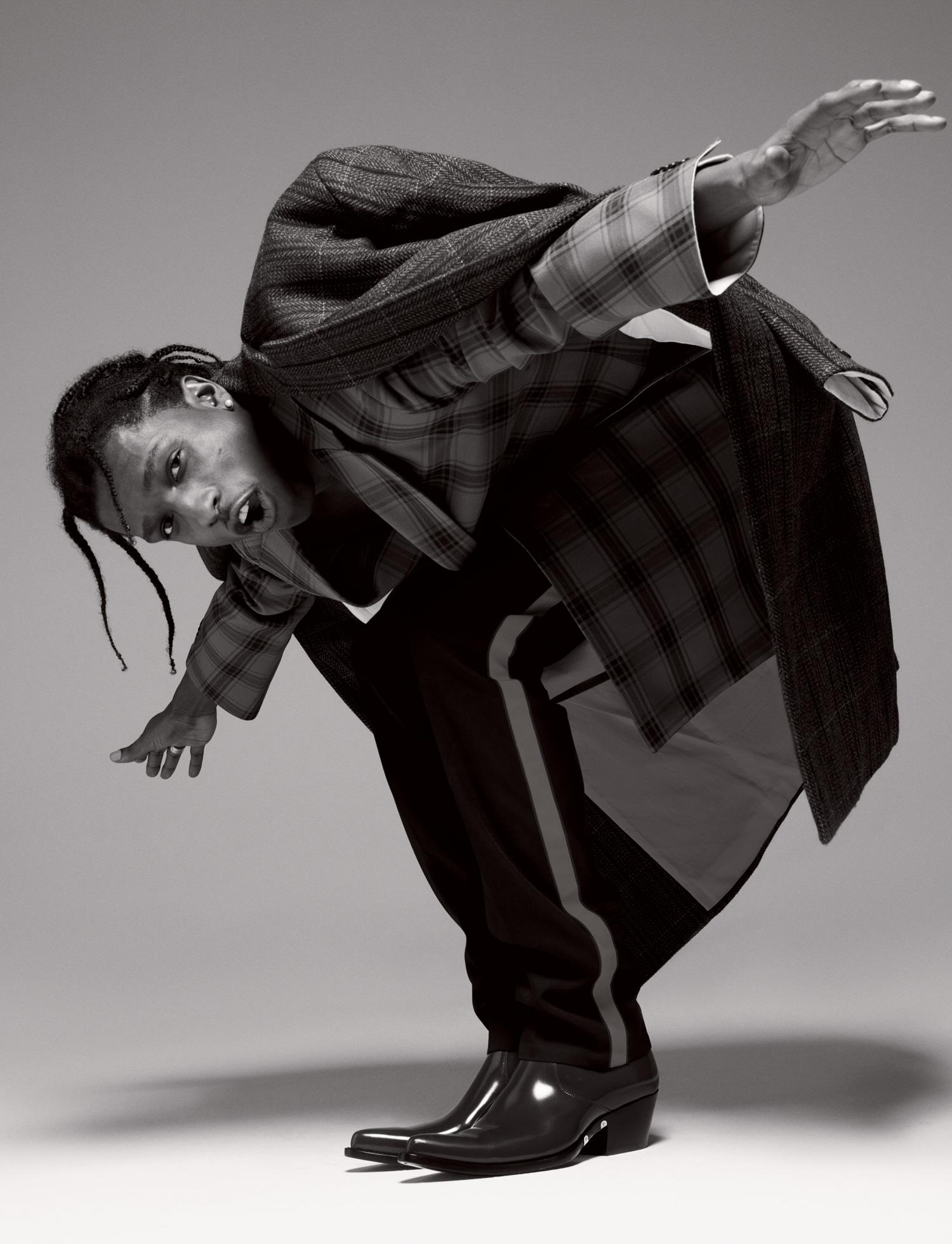 Пальто, брюки, ботинки — все Calvin Klein 205W39NYC.