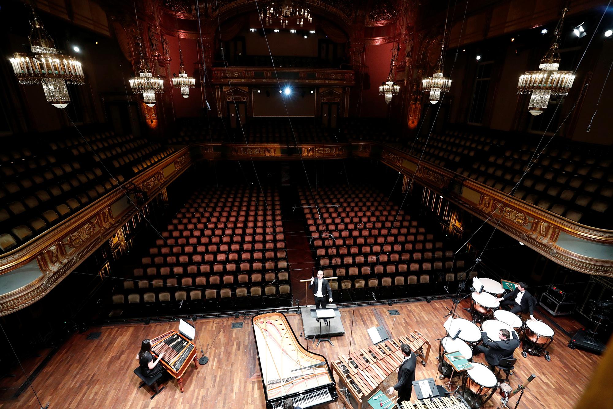Оркестр выступает передпустым залом вМузыкальной академии Ференца Листа вБудапеште, Венгрия