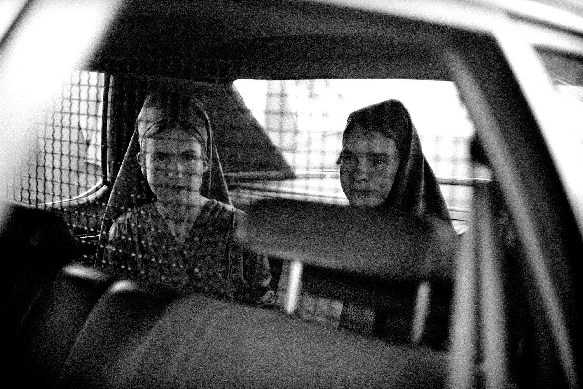 Члены «Семьи» Чарльза Мэнсона, Сандра Гуд (слева) иСьюзен Мерфи зарешеткой вавтомобиле, накоторой их забрали изФедерального суда вСакраменто 14 апреля 1976 года после вынесения приговора. Г-жа Гуд была приговорена к15 годам тюремного заключения вфедеральной тюрьме, а г-жа Мерфи получила пять лет засговор сцелью угроз бизнесу игосударственным должностным лицам.