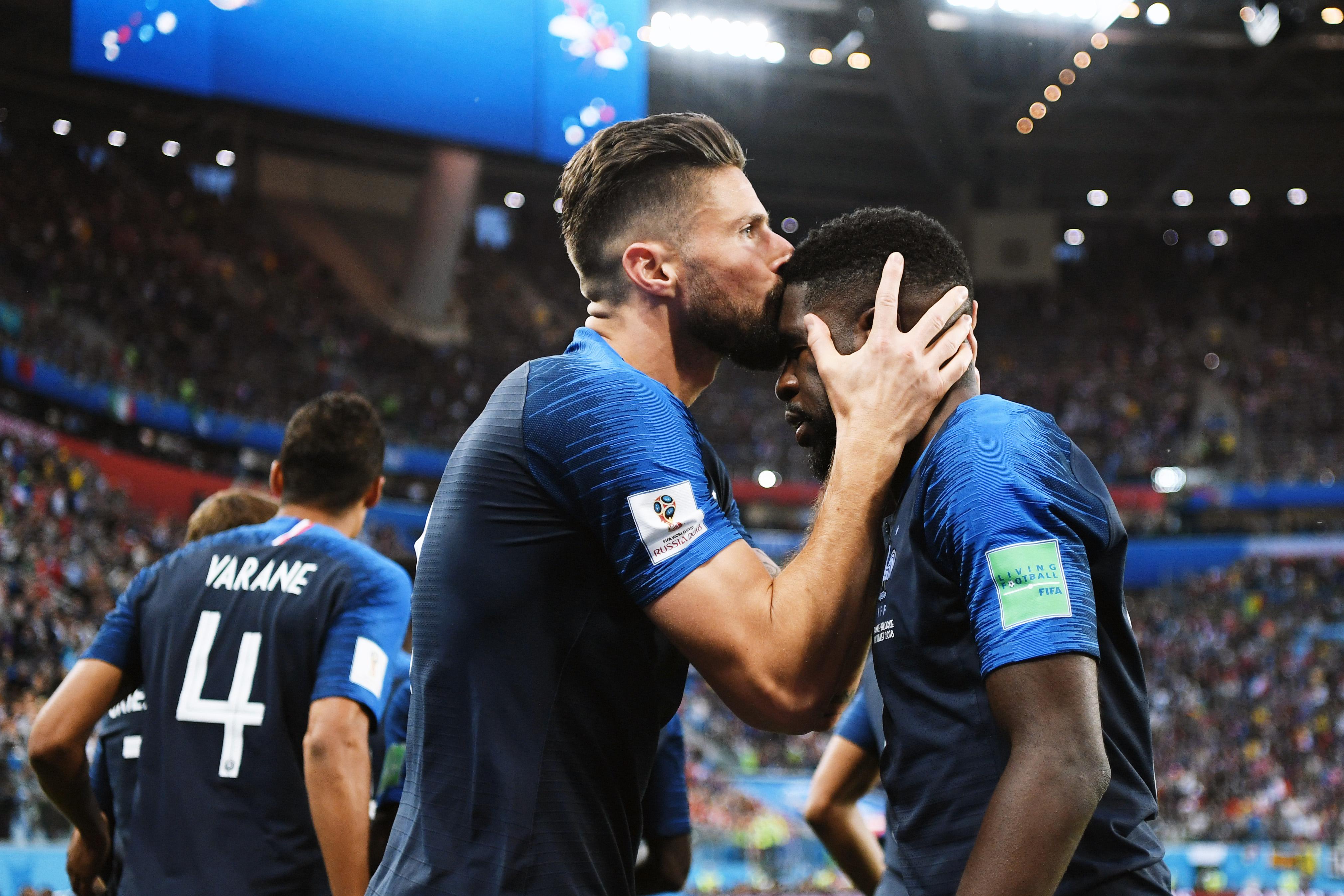 Француз Оливье Жиру целует коллегу покоманде Самюэля Умтити, забившего первый гол впользу сборной вматче против Бельгии.
