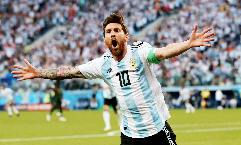 Счастливый Лионель Месси отмечает свой первый мяч начемпионате мира. Знаменитый нападающий забил гол вворота Нигерии иоткрыл счет. Врезультате напряженной идраматичной игры Аргентина все же смогла вырвать себе путевку в1/8 финала чемпионата