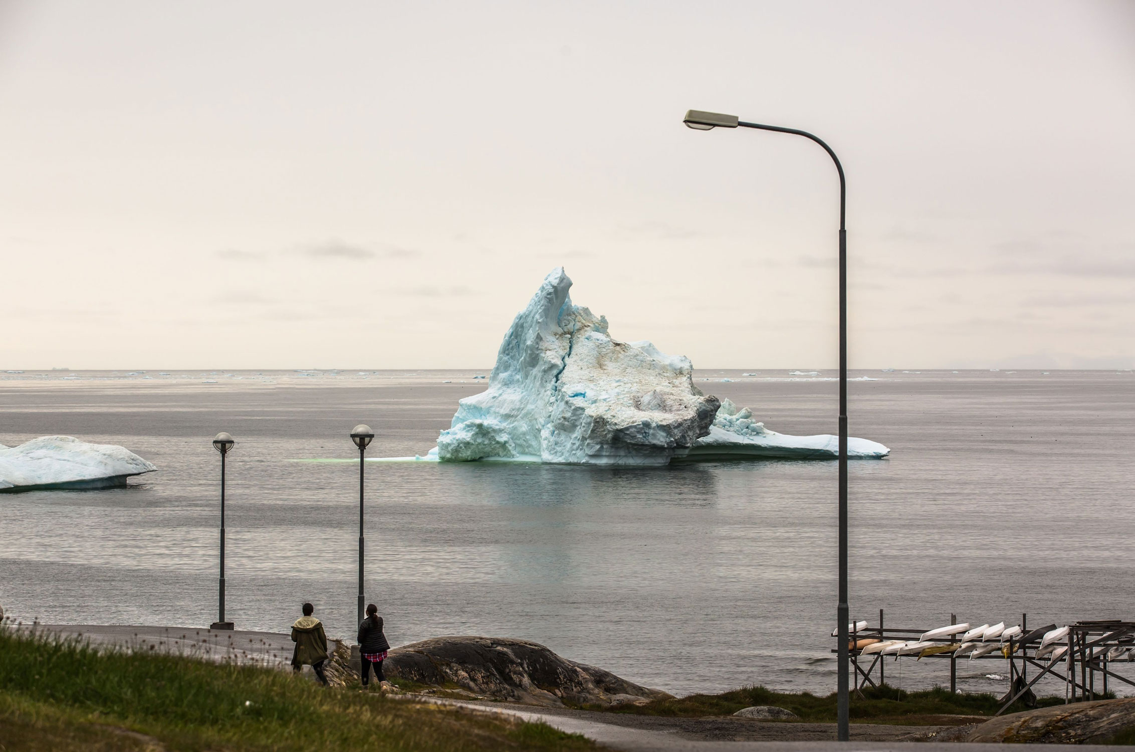 Тающий асберг впорту города Илулиссат назападном побережье Гренландии