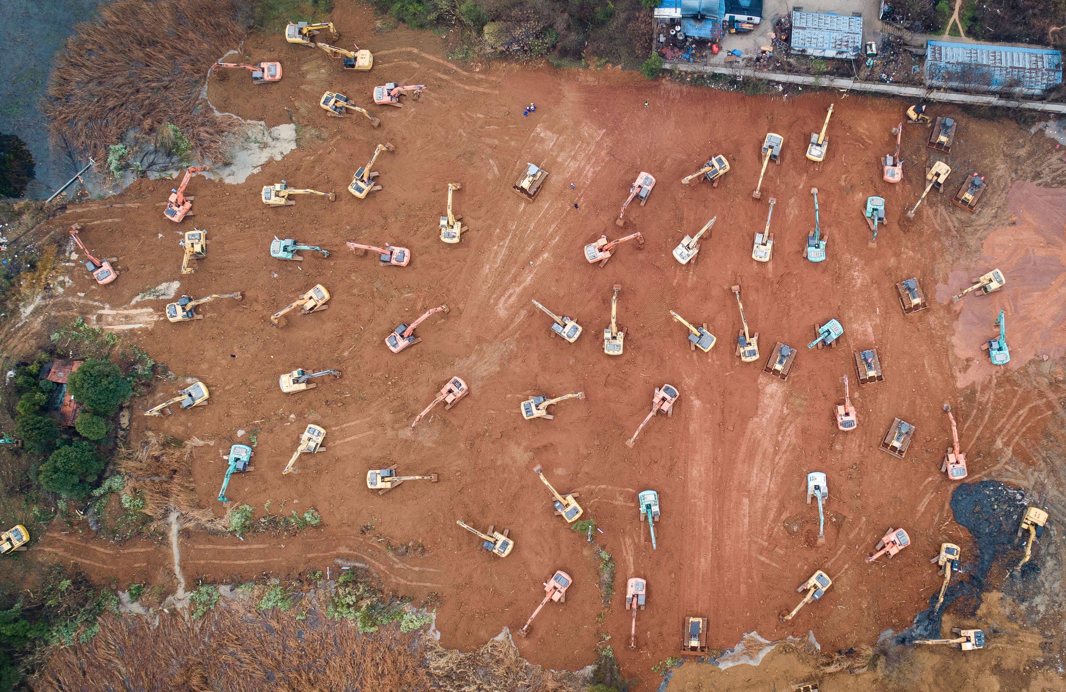 24 января: строительная техника, которая возводит больницу длязаразившихся коронавирусом врайоне Каидиан взападном пригороде Ухани. Больницу на1000 пациентов и1400 врачей возвели всего за10 дней.
