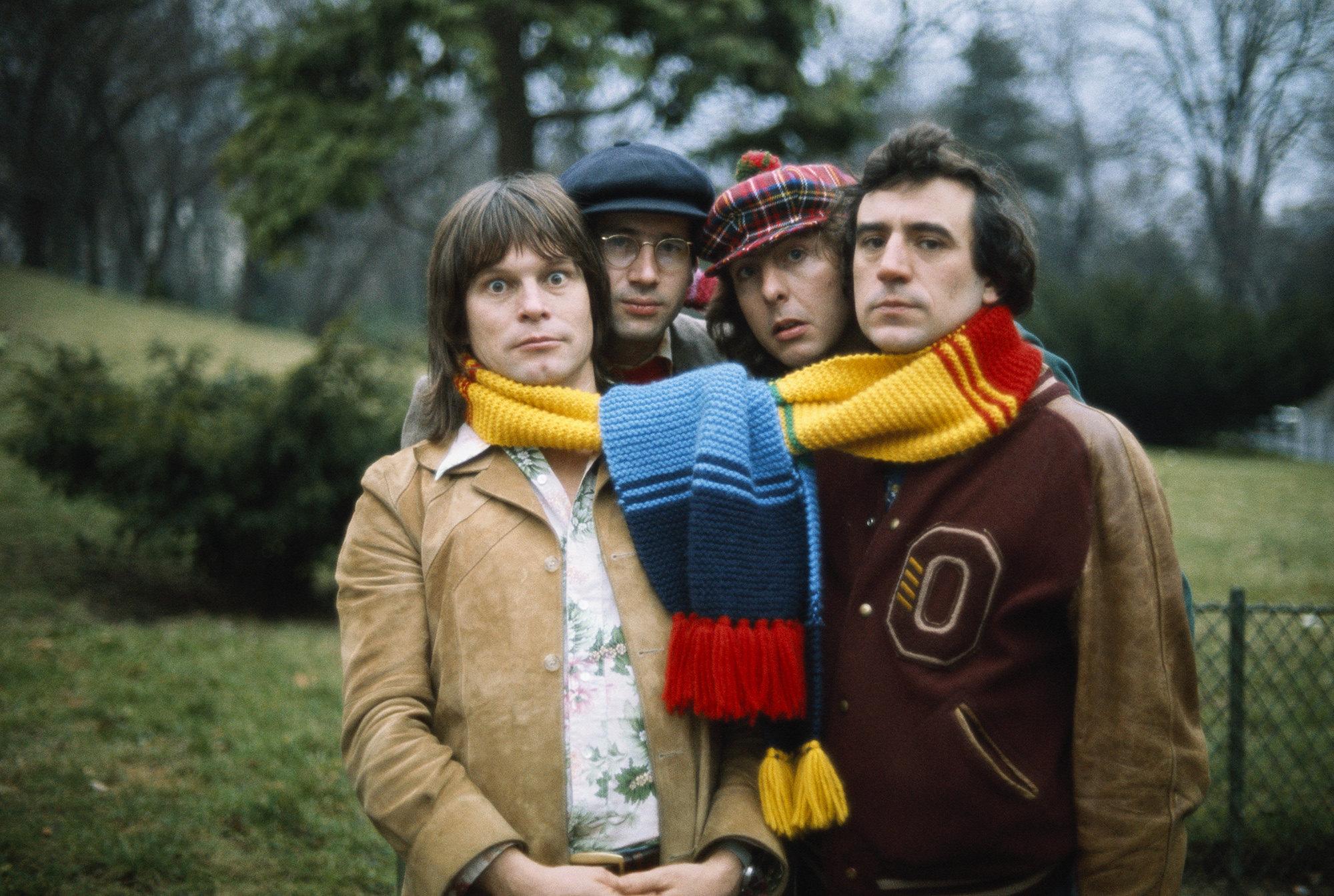 Слева направо: Терри Гиллиам, музыкант Нил Иннес, Эрик Айдл иТерри Джонс