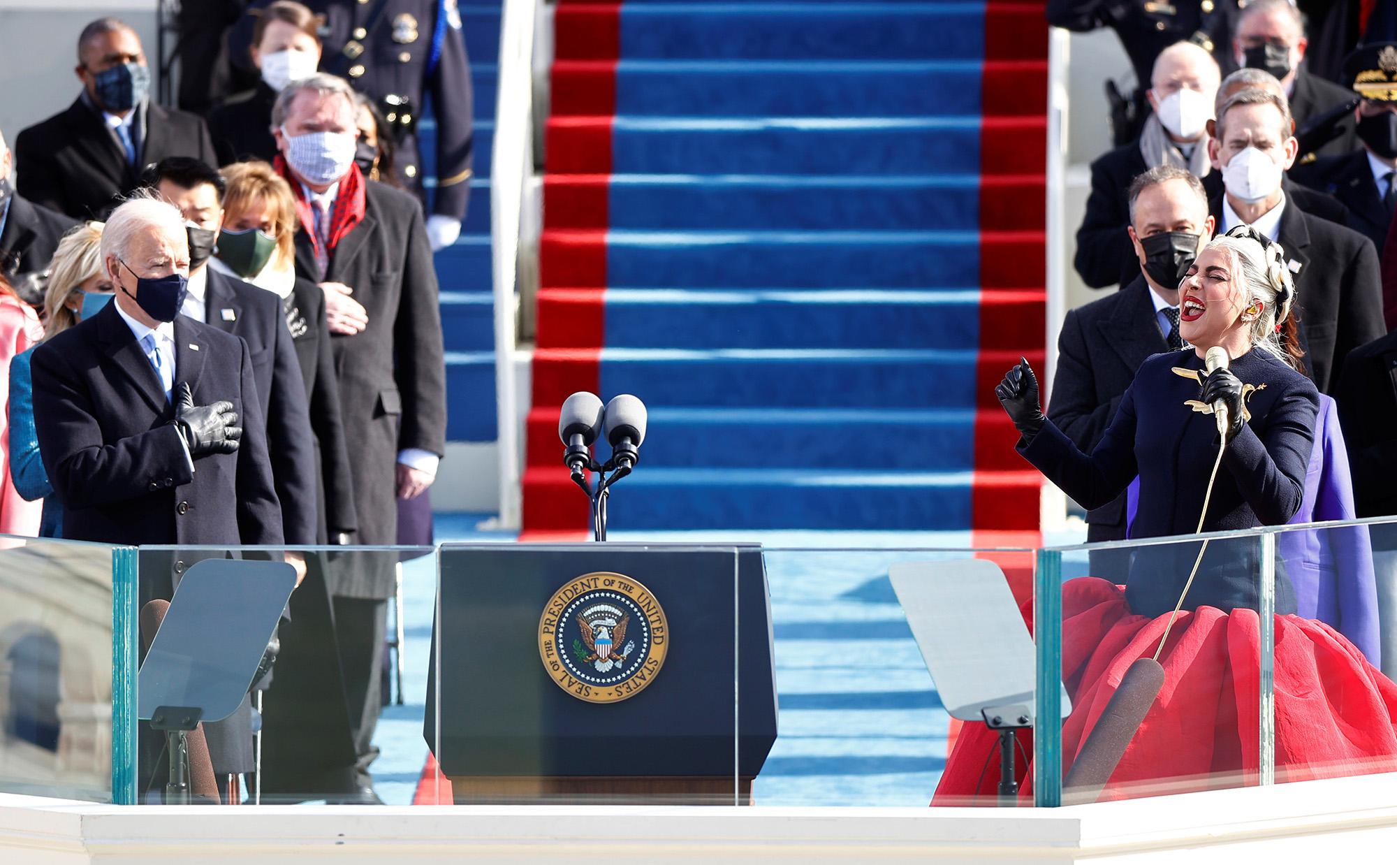 Леди Гага исполняет Государственный гимн во время инаугурации Джо Байдена, 46-го президента США, вВашингтоне, 20 января 2021 г.