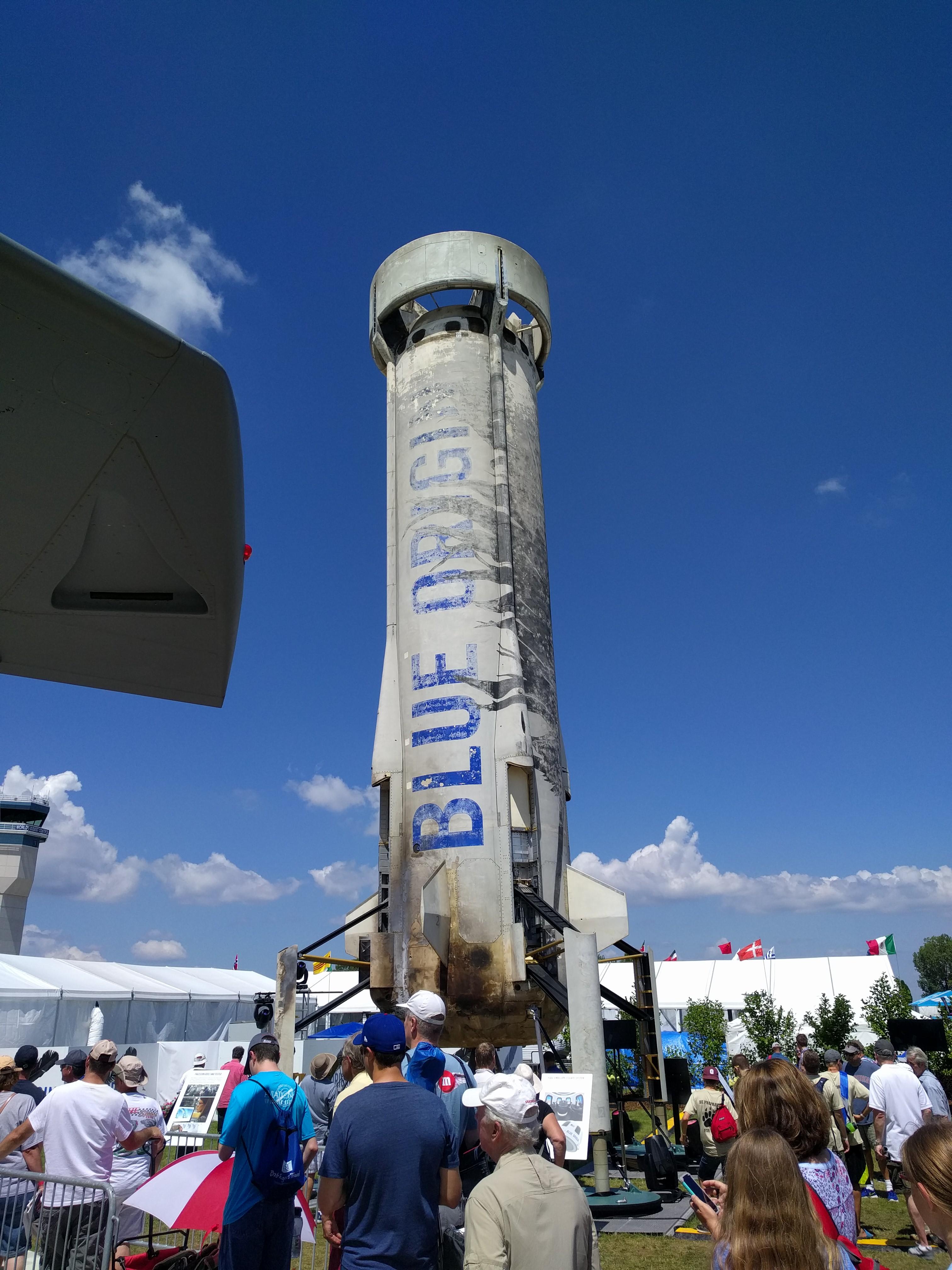 New Shepard, созданная Blue Origin, — первая вистории полностью многоразовая ракета свертикальным взлетом ипосадкой