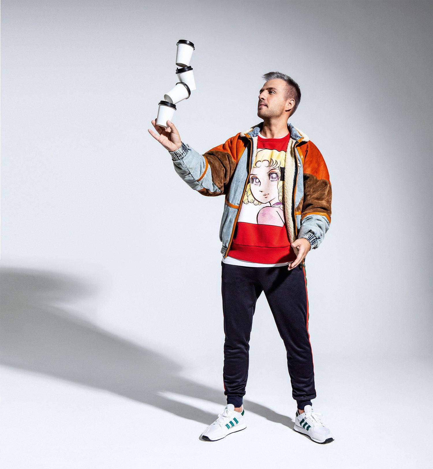 Бомбер, свитшот испортивные брюки, все Gucci; футболка Levi's; кроссовки adidas Originals
