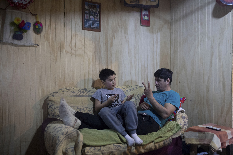 Сорокалетний Карлос Герреро учит своего семилетнего сына Диего Герреро арифметике, 7 августа 2021 года.