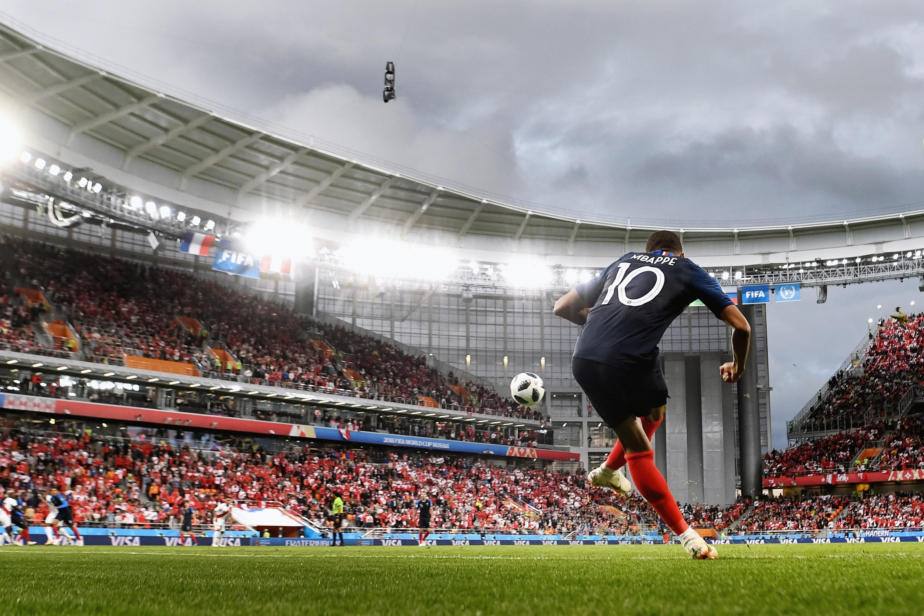 Килиан Мбаппе пробивает угловой вматче против Перу.
