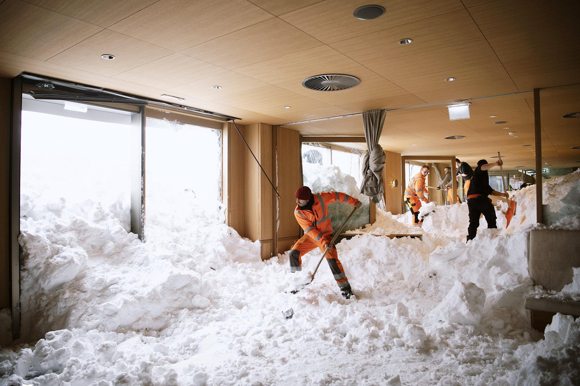 Уборка снега вномерах отеле Saentist вШвегальпе, Швейцария, 11 января 2019. Посообщениям полиции, три человека вгороде получили легкие ранения из-за схода лавины вэтот день.
