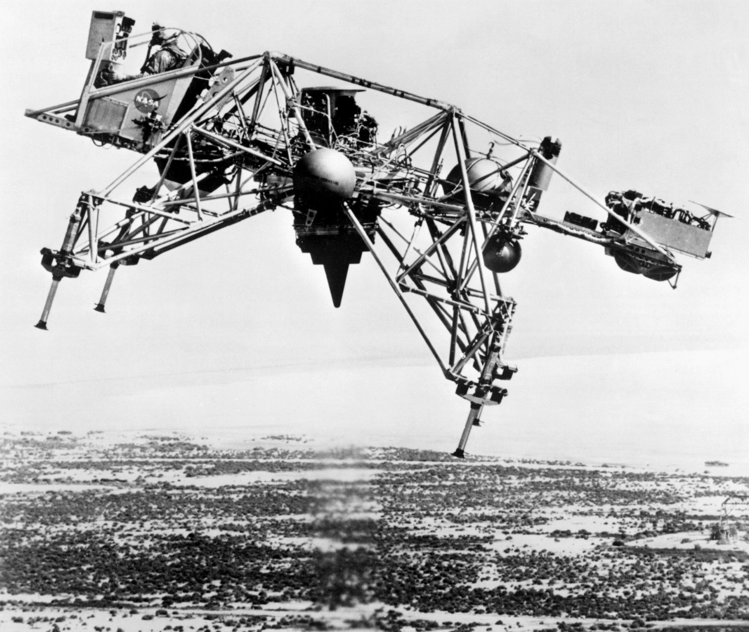 Будущий лунный модуль во время эксперимента набазе Эдвардс, 17 августа 1967 г.