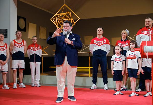 Глава Bosco di Ciliegi Михаил Куснирович презентует форму сборной России впреддверии Олимпиады вРио-де-Жанейро.
