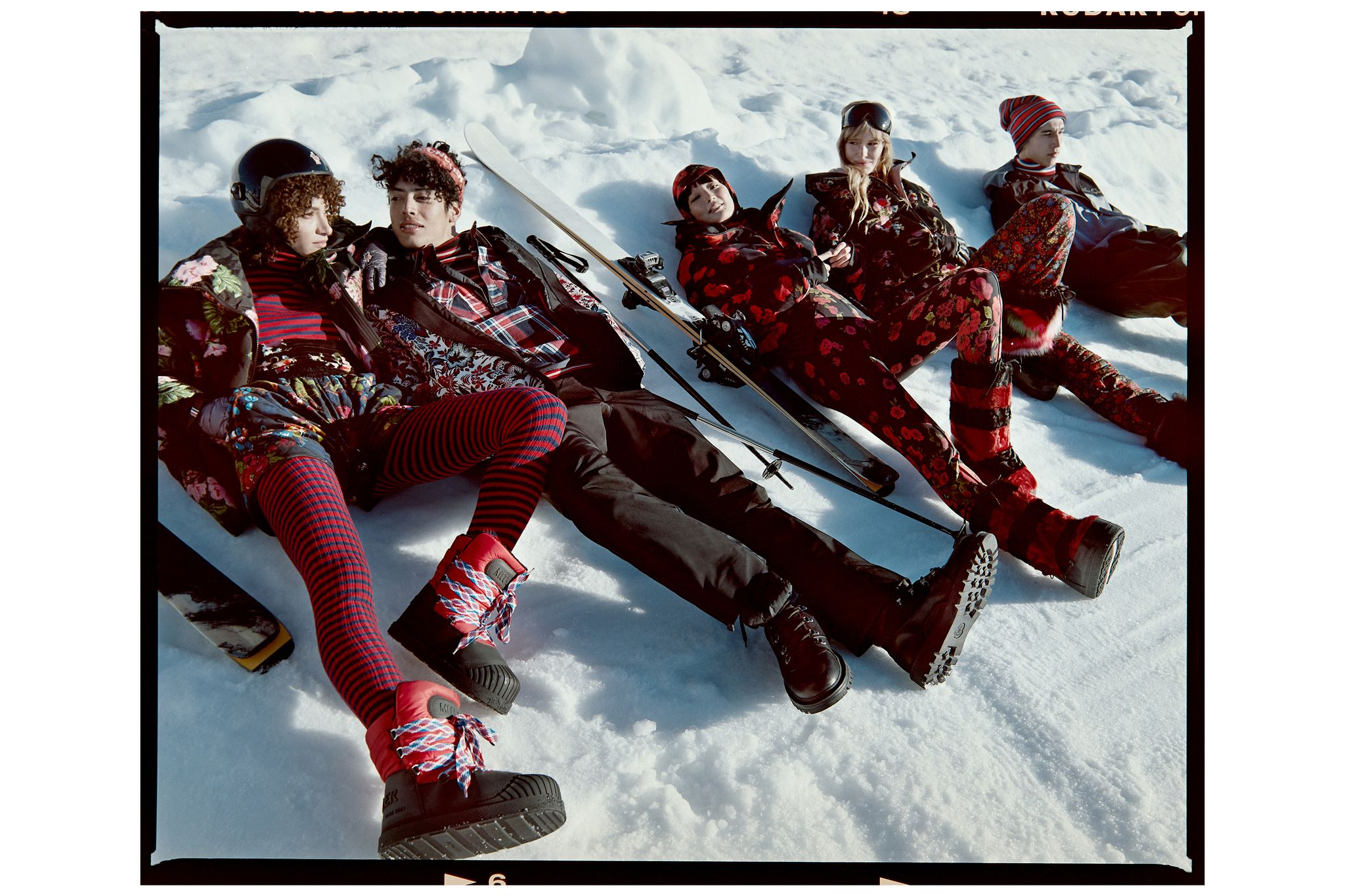 На мужчинах: куртка Born, горнолыжные штаны, водолазка, комбинезон, шапка изтрикотажа, все Moncler Grenoble
