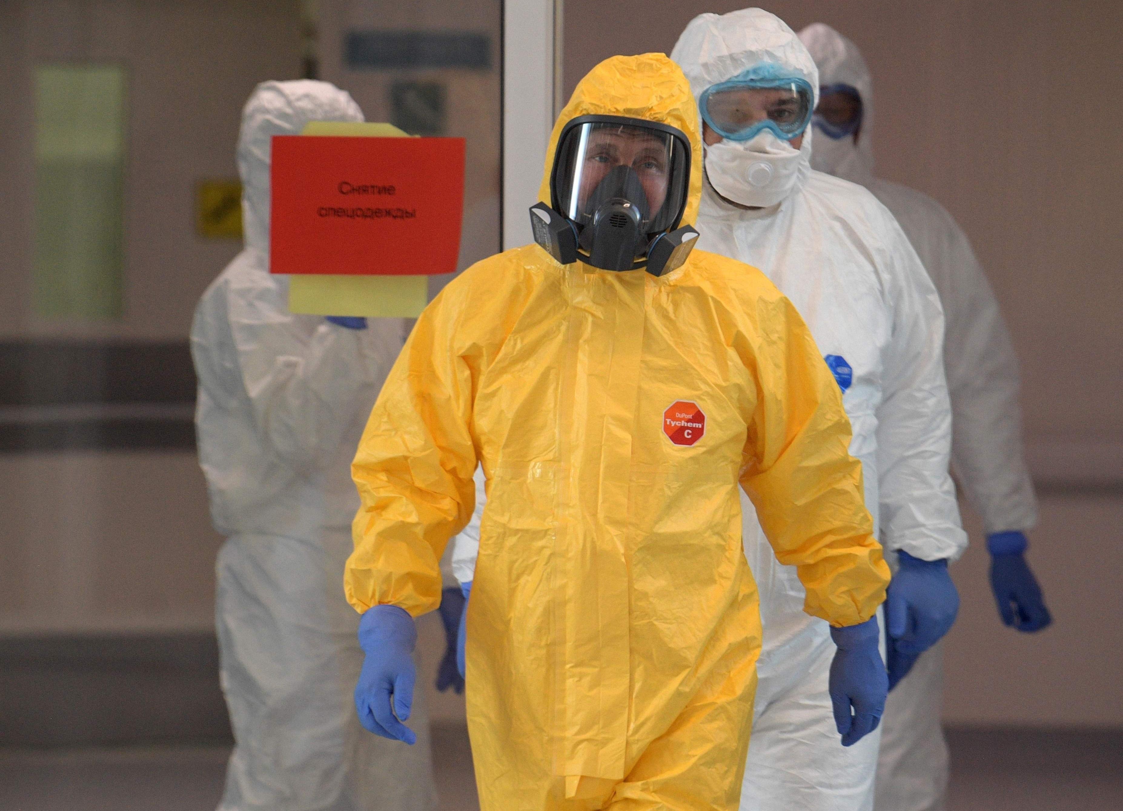 Президент России Владимир Путин во время визита вбольницу вКоммунарке,куда доставляют пациентов скоронавирусной инфекцией.