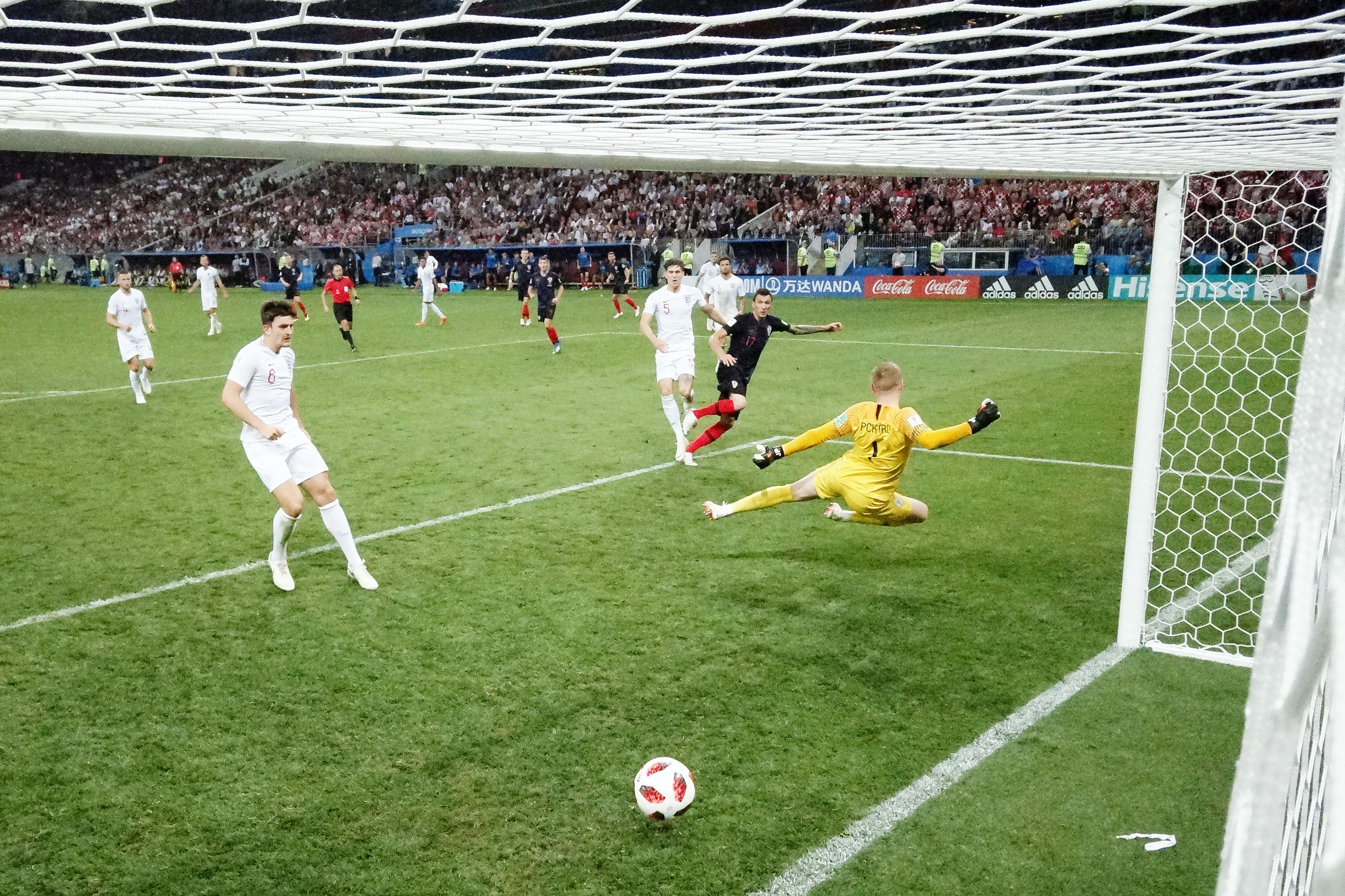Марио Манджукич заносит мяч вворота Англии вдополнительное время иобеспечивает Хорватии выход вфинал.