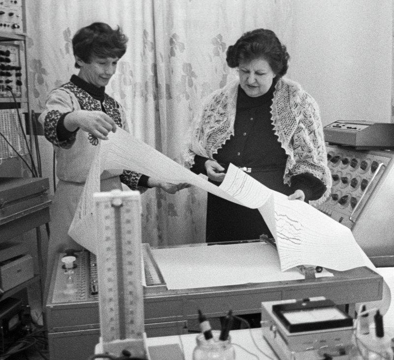 Академик АМН СССР Наталья Бехтерева (справа) ихирург-офтальмолог Алла Шандурина (слева) водной излабораторий Института экспериментальной медицины АМН СССР. 1986 г.