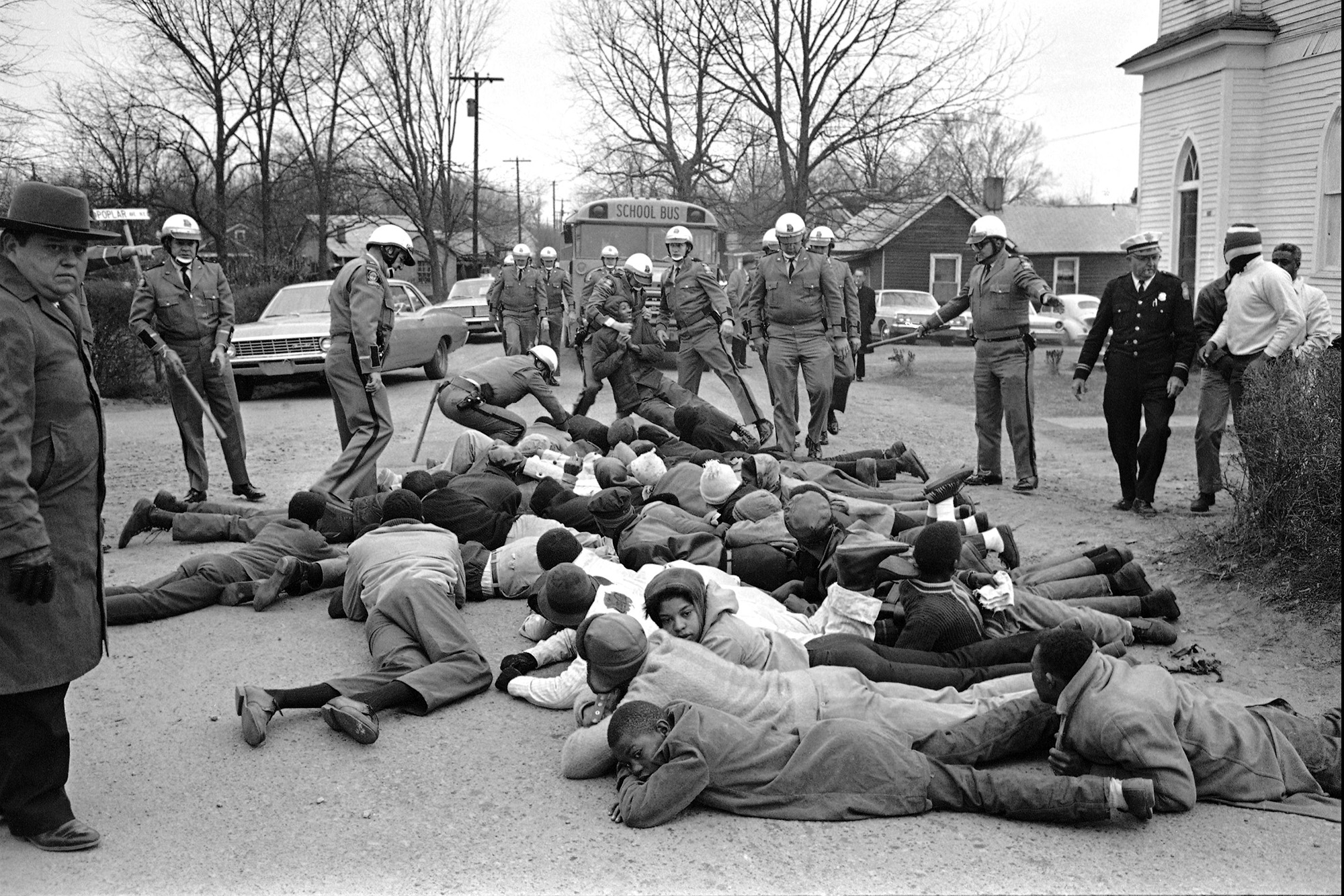 Georgia State Troopers move in on a group of demonstrators who sprawled in front of school buses again at Social Circle, Georgia, Feb. 15, 1968. The blacks were protesting school conditions they term deplorable. About 35 demonstrators were put into a prison camp bus. It was the second day of such demonstrations. КРЕДИТ