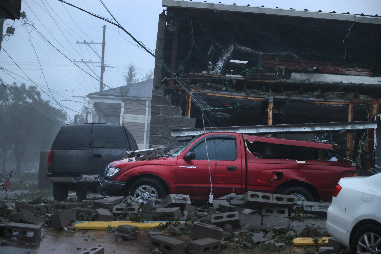Транспорт пострадал отобрушения фасада здания во время урагана