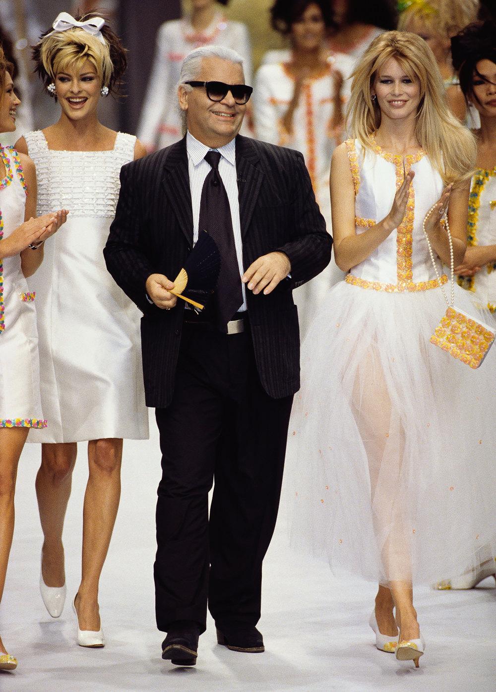 Карл Лагерфельд смоделями Линдой Евангелистой иКлаудией Шиффер напоказе Chanel весна-лето 1996