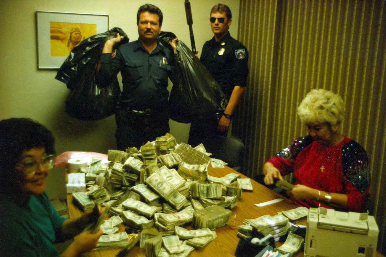 Таможенные агенты США считают деньги, найденные вгрузовике Артуро, брата Эль Чапо