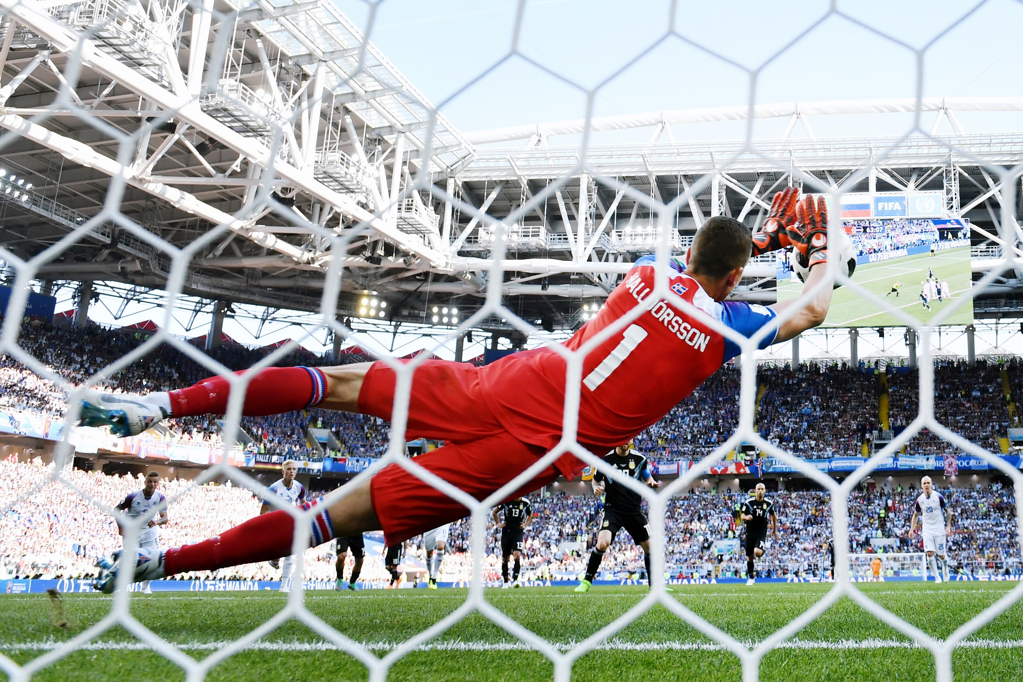 Вратарь сборной Исландии Ханнес Халльдоурссон отбивает пенальти висполнении Лионеля Месси исразу же становится национальным героем.