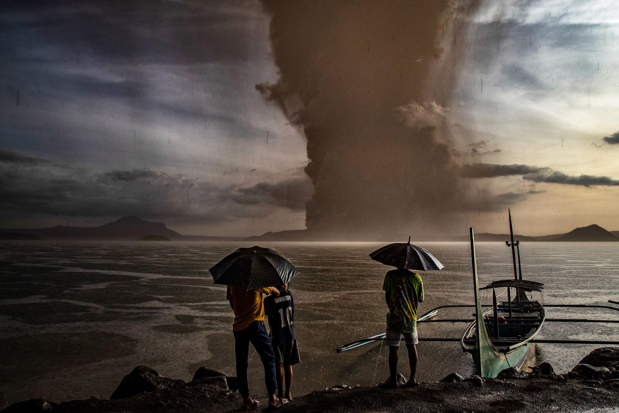 12 января: местные жители смотрят наизвержение вулкана Таал вТалисае, провинция Батангас, Филиппины. Власти начали эвакуацию жителей возле вулкана ввоскресенье, когда вулкан начал извергать столбы пепла, достигающие 1 километра ввысоту. Филиппинский институт вулканологии исейсмологии поднял уровень тревоги дотрех попятибалльной шкале.