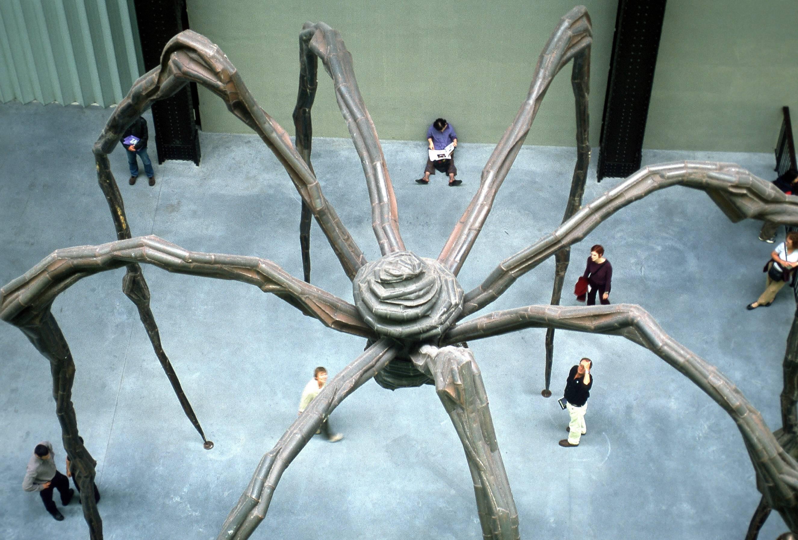 Скульптура «Мама» Луизы Буржуа вТейт Модерн,