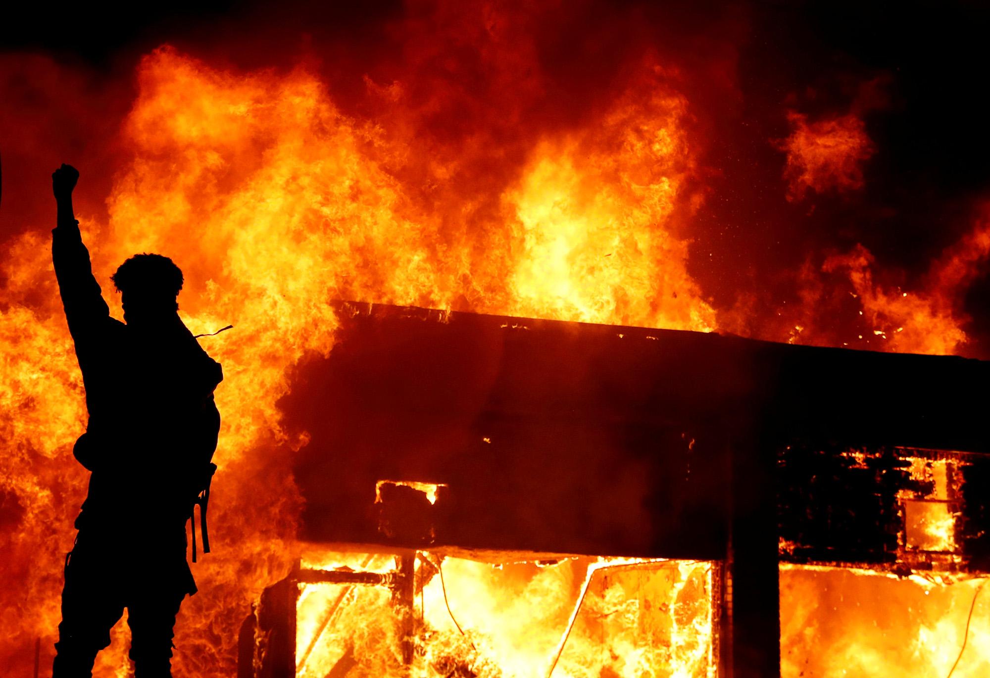 Демонстранты разожгли огонь напротесте впамять обубитом Джордже Флойде, Миннеаполис, США