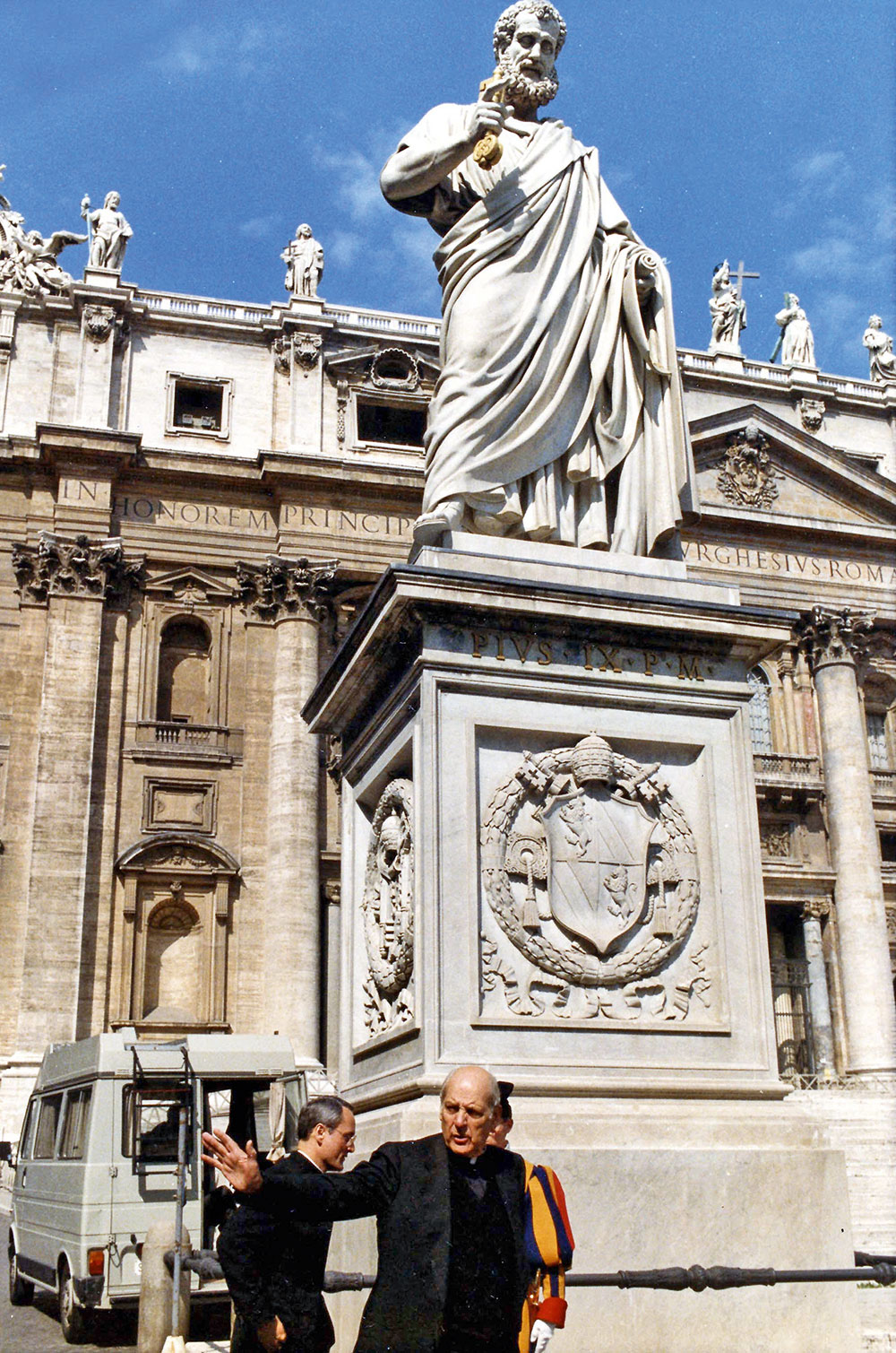 Архиепископ Марцинкус прогуливается поВатикану незадолго доотставки