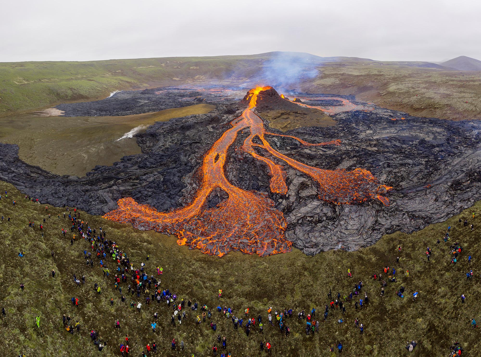 21 марта 2021 года, вид наместо извержения вулкана Фаградалсфьяль наполуострове Рейкьянес вИсландии. Вулкан находится в40 километрах отстолицы страны Рейкьявика, последний раз он извергался больше 6 тысяч лет назад. Извержение происходило черезтрещину 500-700 метров, лава разливалась впределах километра.
