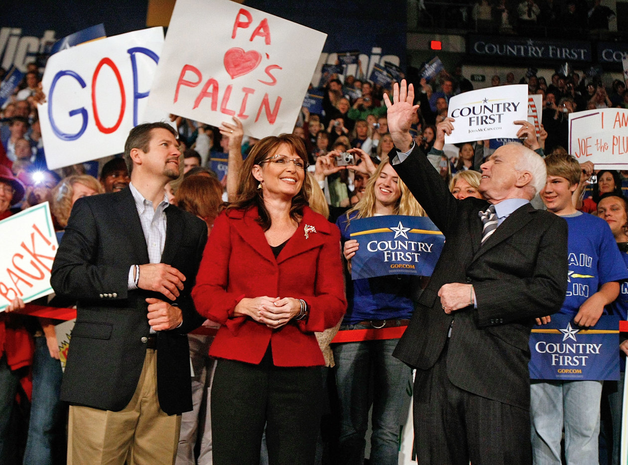 Кандидат напост президента США отреспубликанской партии Джон Маккейн приветствует сторонников вместе сгубернатором Аляски Сарой Пейлин. Пенсильвания, октябрь 2008 г.