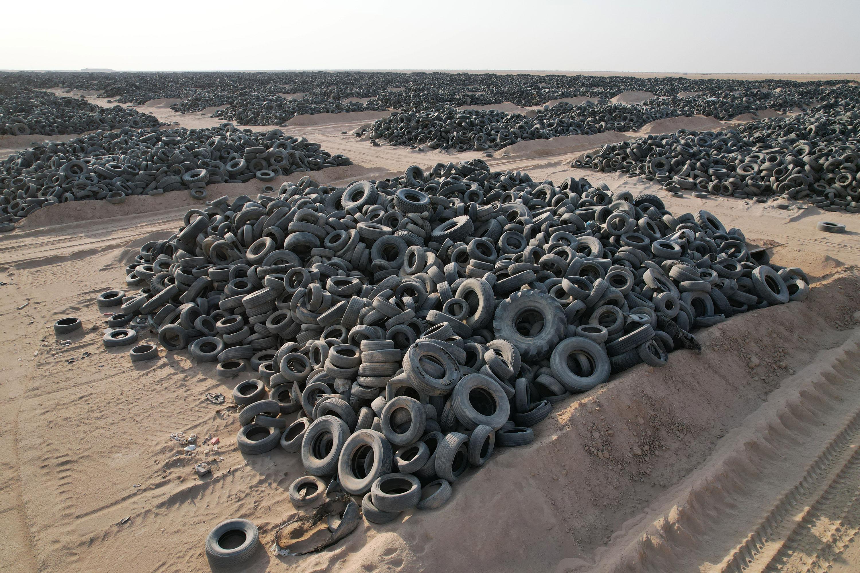 Вид своздуха накладбище покрышек, угрожающее окружающей среде издоровью людей из-за опасных компонентов, выделяемых пр переработке, идолговечности самих шин. Кувейт, 12 августа 2021 года.