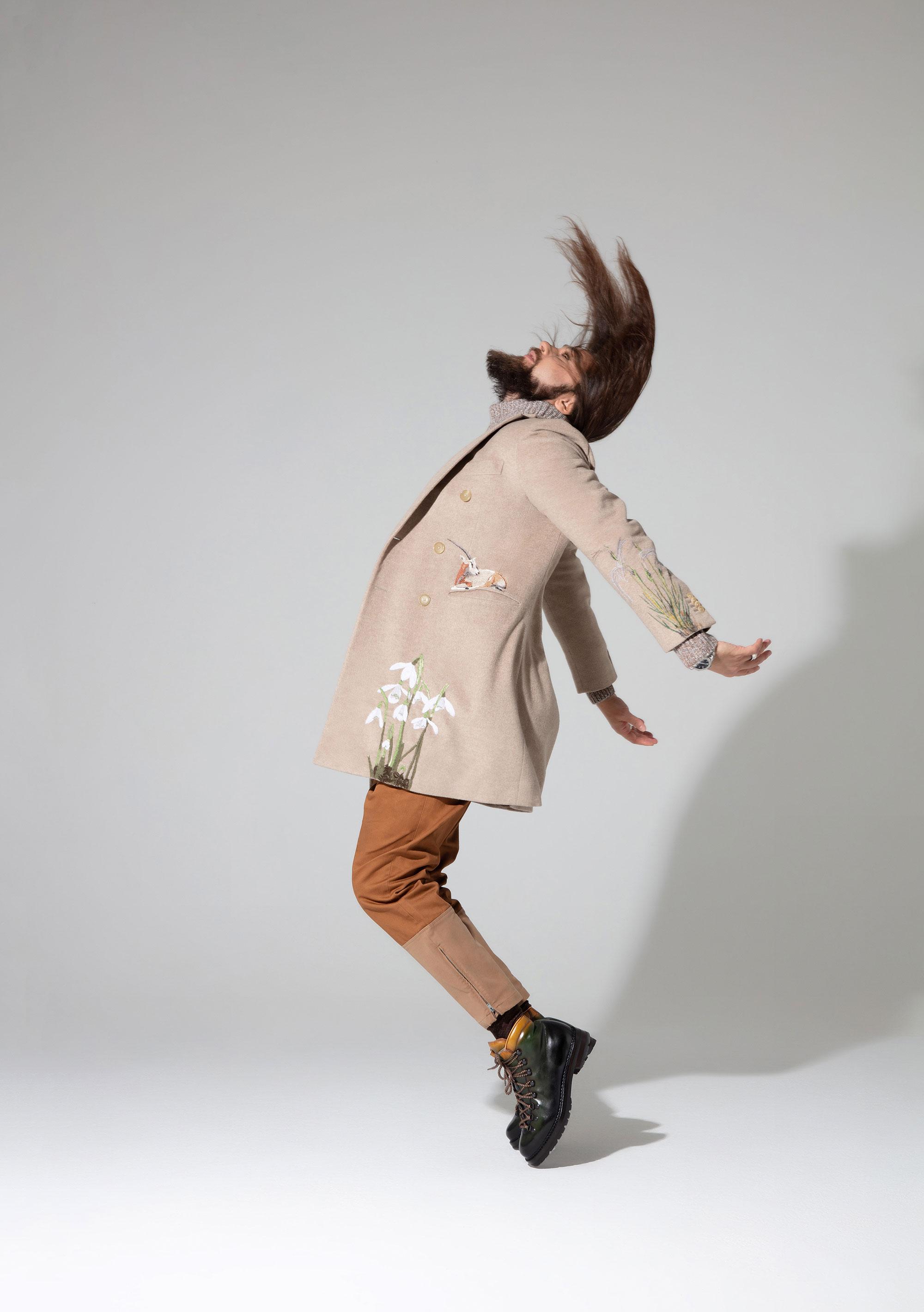 Пальто То - На- То; свитер Brunello Cucinelli; брюки Gucci; хайкеры Marmolada