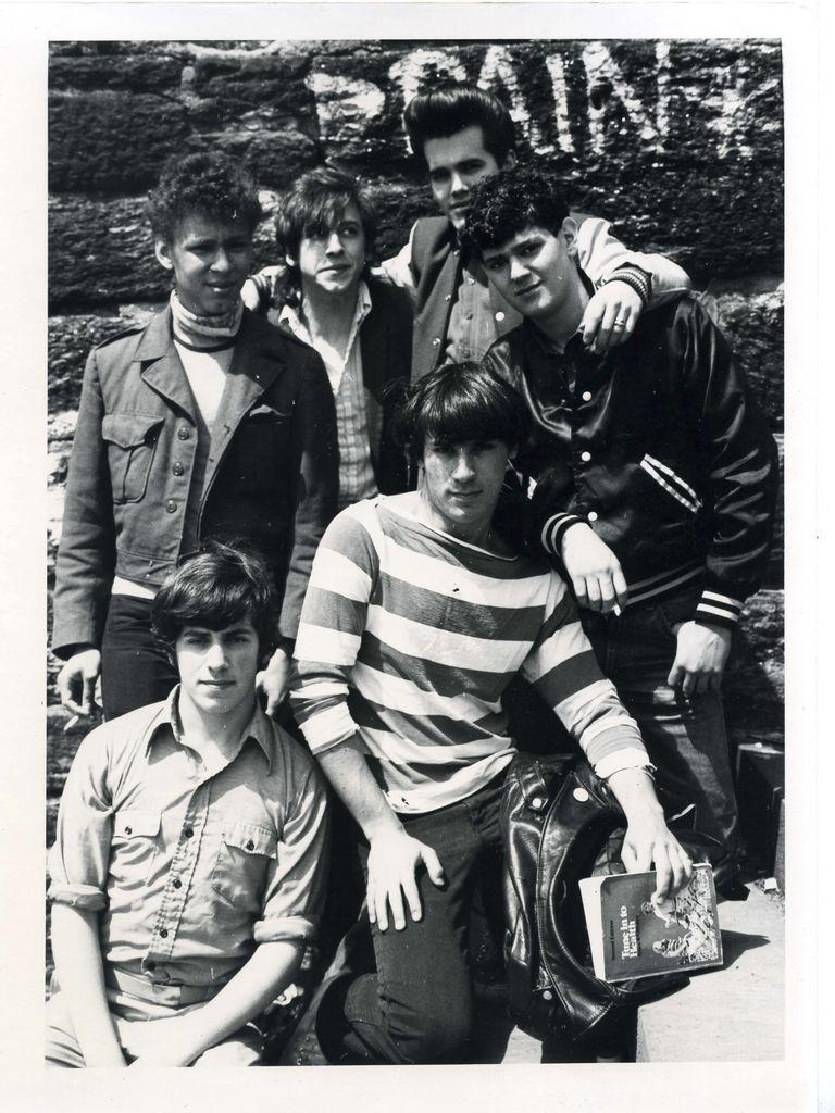 Джонатан Летем (снизу слева) сдрузьями вБеннингтоне