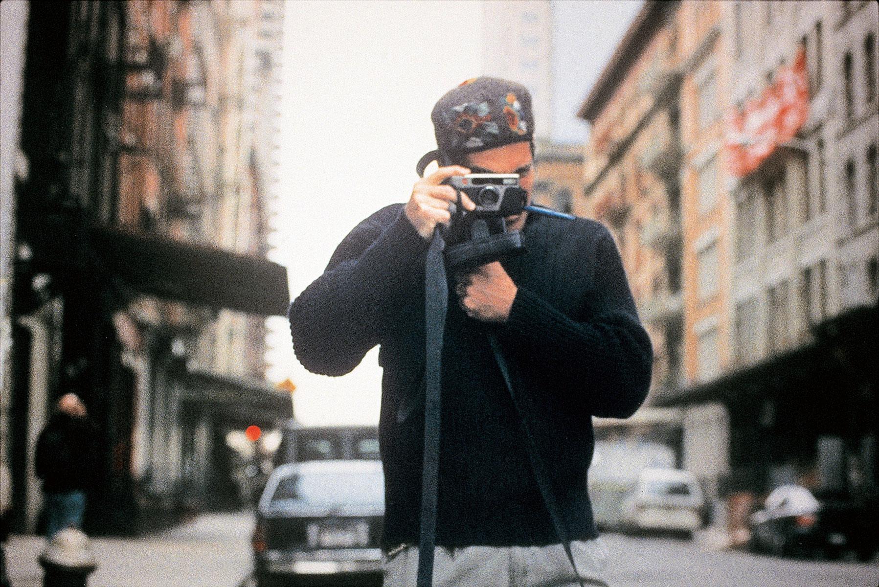 Джон делает фото около своей нью-йоркской квартиры врайоне Трайбека,