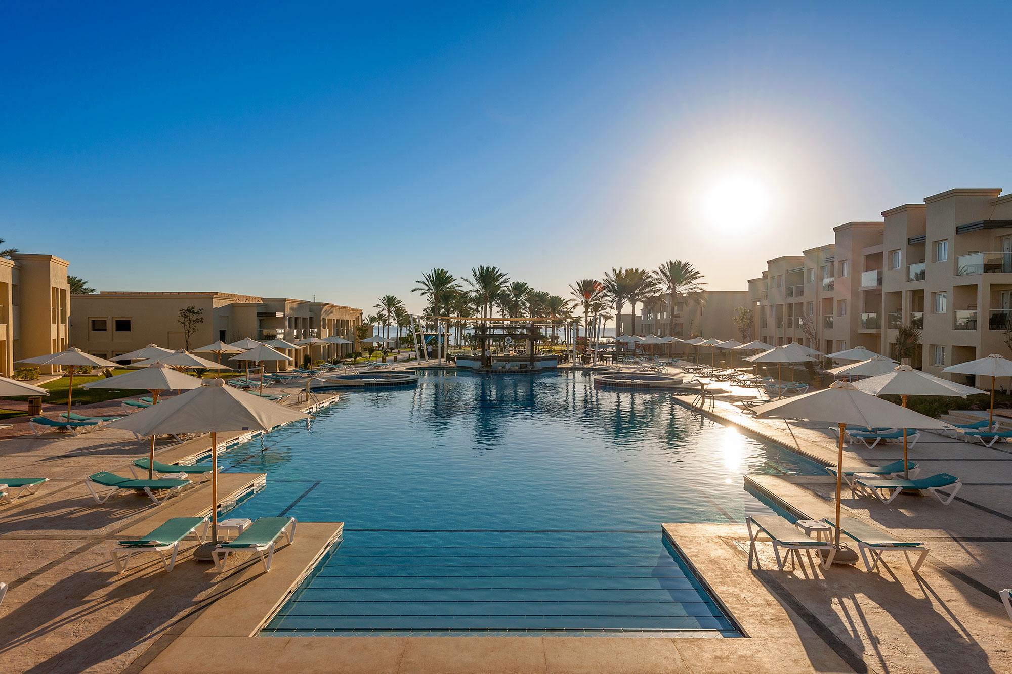 Бассейн вRixos Premium Seagate. Вотеле есть собственный аквапарк с23 водными горками, бассейном сискусственными волнами икартингом, вход куда открыт только постояльцам Rixos Sharm El Sheikh иRixos Premium Seagate